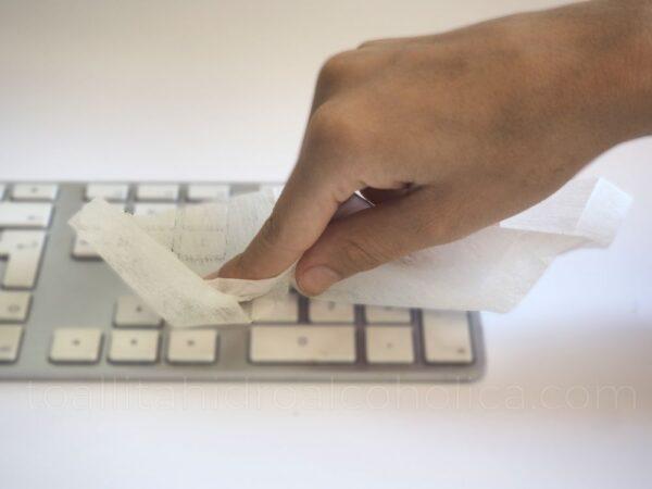 toallita hidroalcoholica higienizar o limpiar teclado